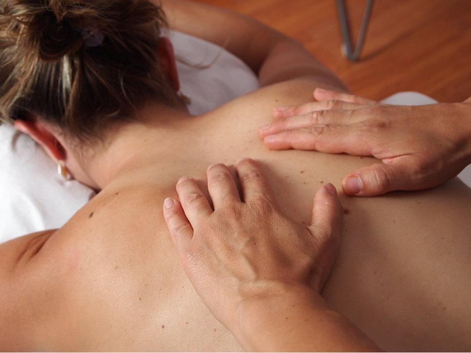 en kvinde får massage på ryg og skuldre