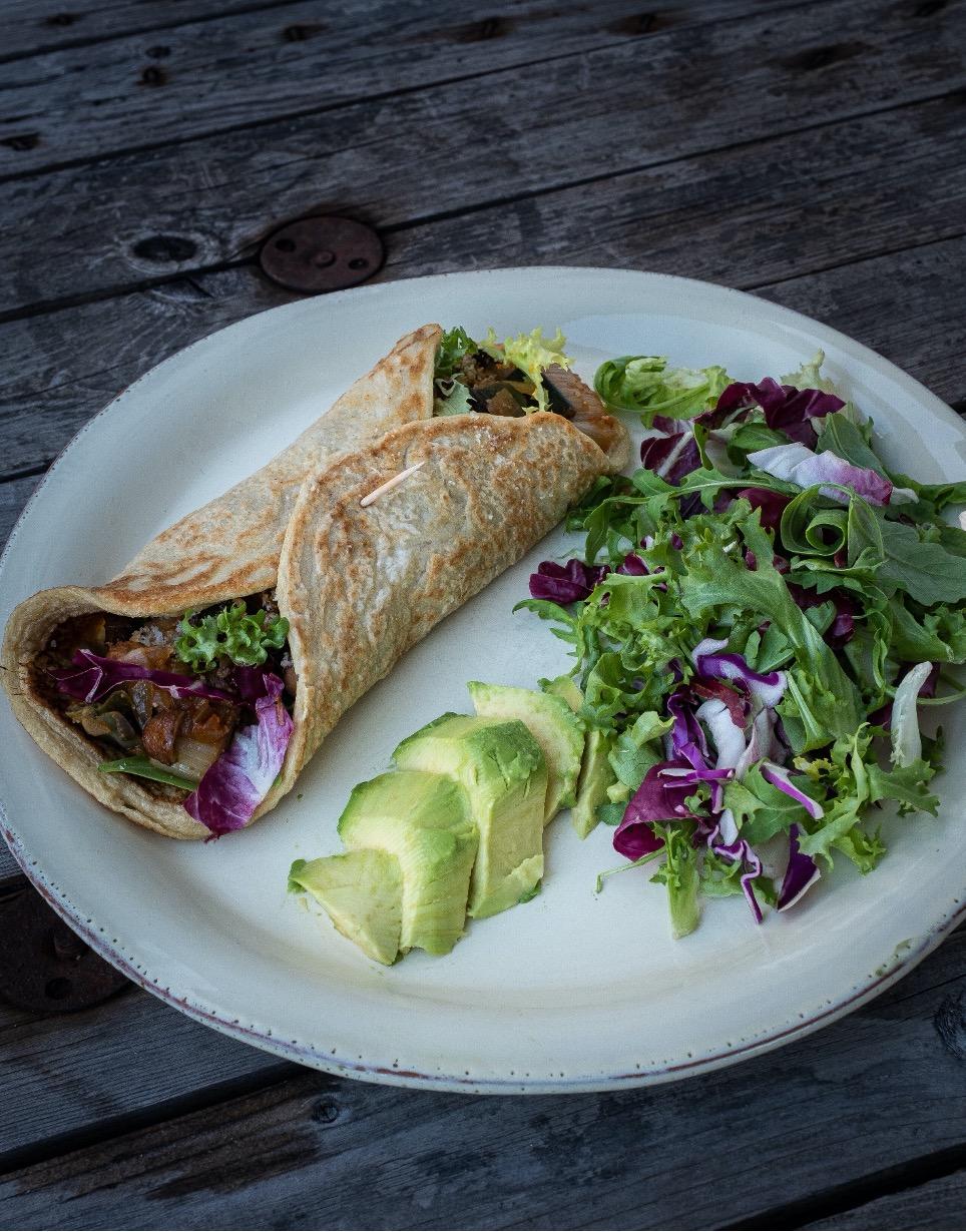 spinatpandekage på tallerken med avokado og salat