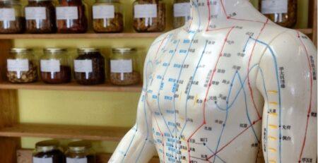 en statue med påtegnet akupunkturpunkter