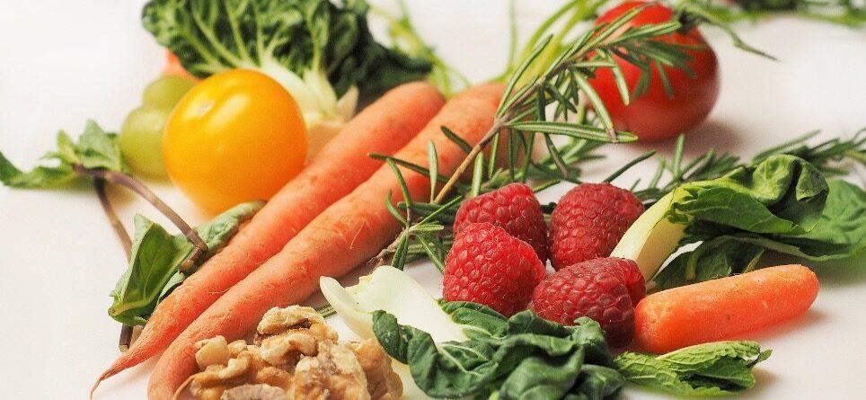 en samling af forskellige frugter, grøntsager og nødder
