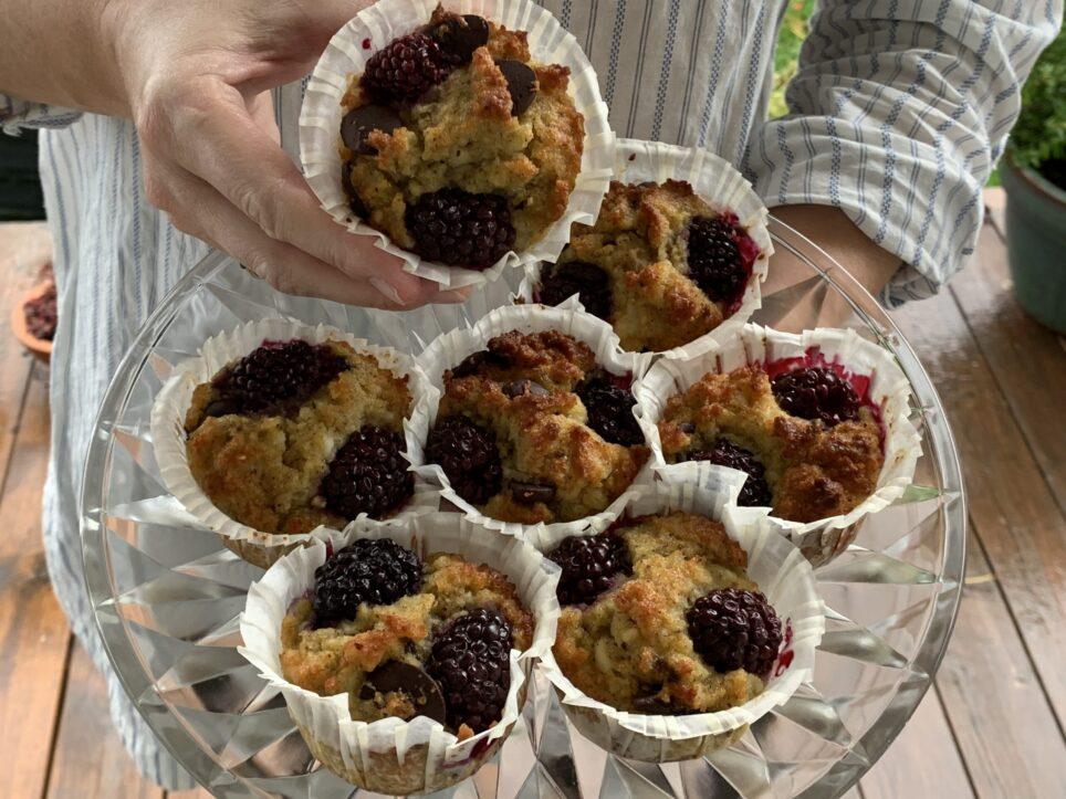 7 brombærmuffins på kagefad