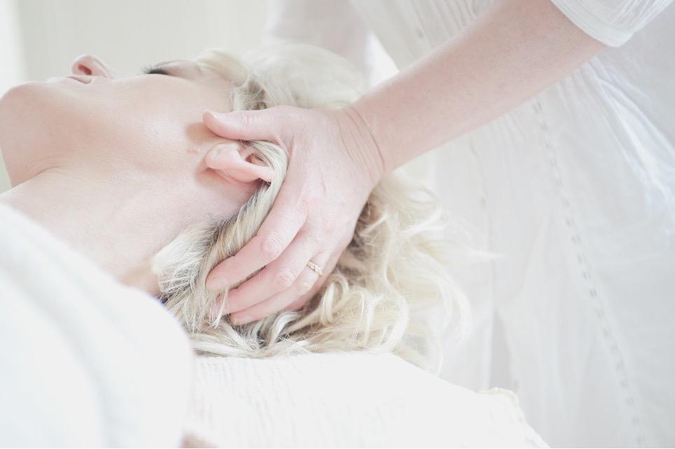 en kvinde holder sine hænder på en klients baghoved