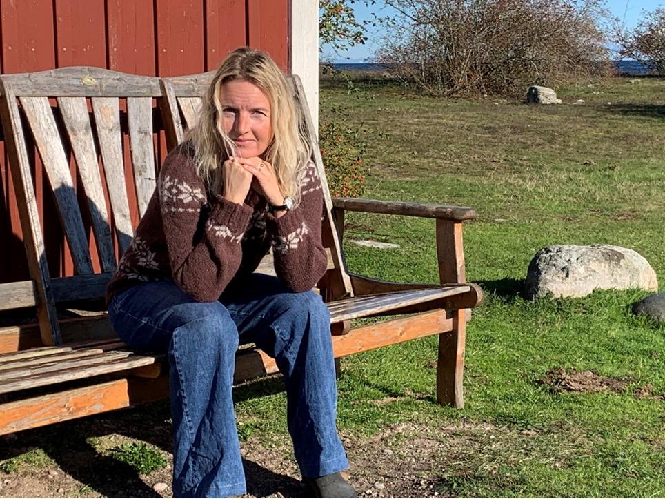 Marie Louise sidder på en bænk og hviler hovedet i sine hænder