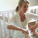 marie louise giver zoneterapi på en kundes fødder